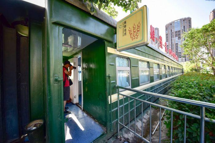 充满浓浓复古味道的火车厢酒店,火车厢餐厅(废旧绿皮火车厢改造)